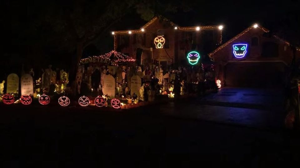 Thomas House's coolest Halloween light show