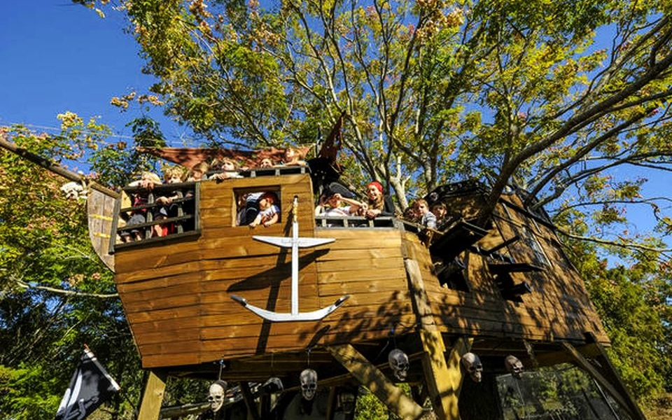 Neighbors Build Pirate Ship Treehouse for 5-year-old Twins