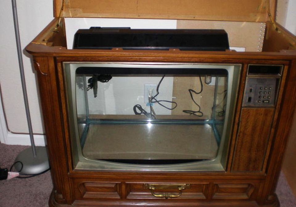 Retro TV turned into Seinfeld-themed fish tank