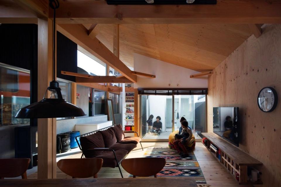 Platform House by Takanobu Kishimoto