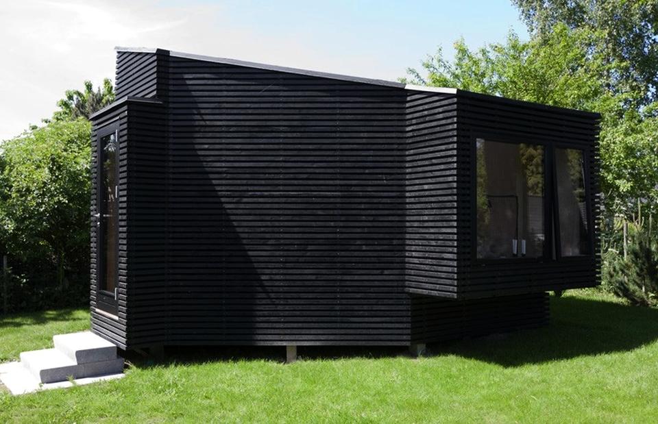 Backyard guesthouse by Martin Kallesø Architects