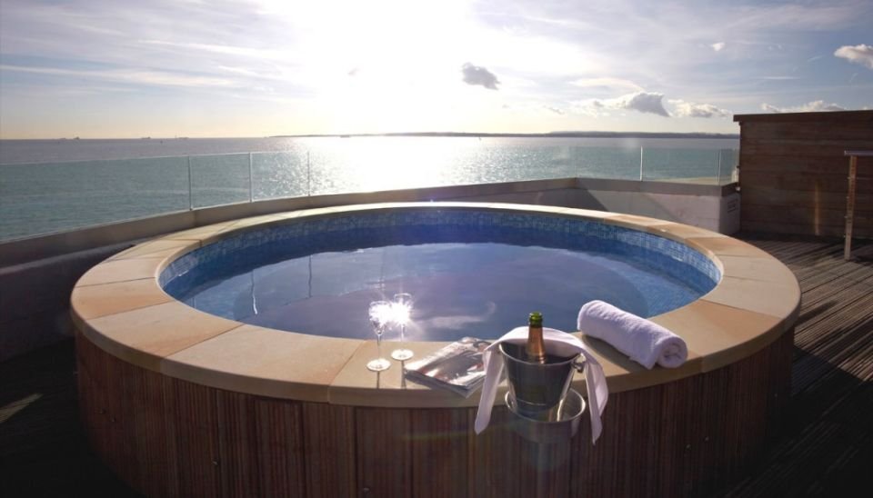 Rooftop hot tub, allowing beautiful sea view