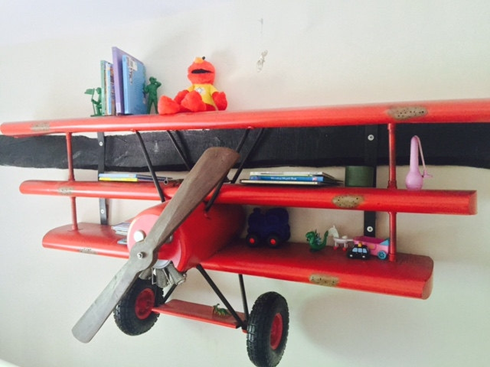 the 230 cm wingspan gives ample space to decorate toys and books