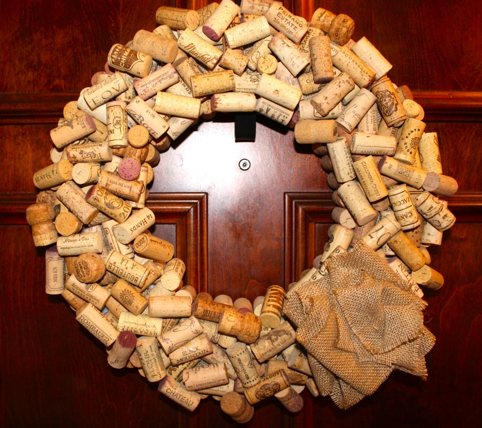 How to make elegant wreath out of old wine corks