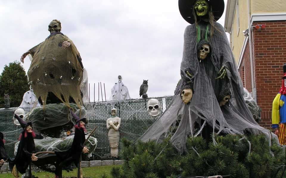 10 eerie ways to dress up your home for Halloween
