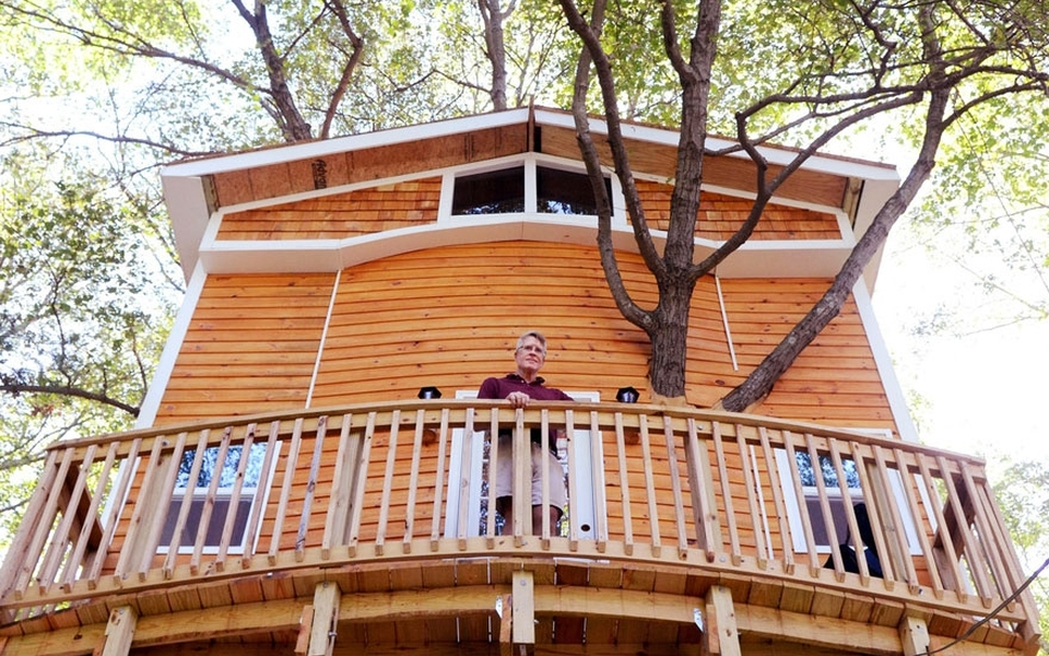 Grandfather builds three-story treehouse for his grandkids