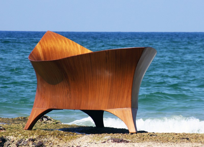 Argo bathtub resembles a beautifully crafted wooden boat