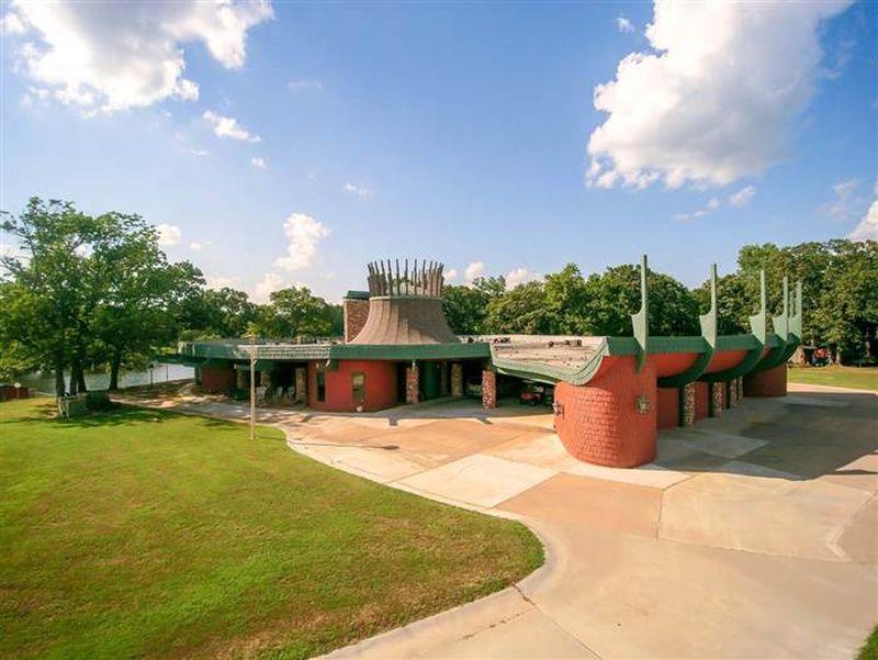 Fishing-reel-shaped house in Oklahoma