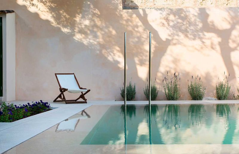 This home office in Spain overlooks a swimming pool_3