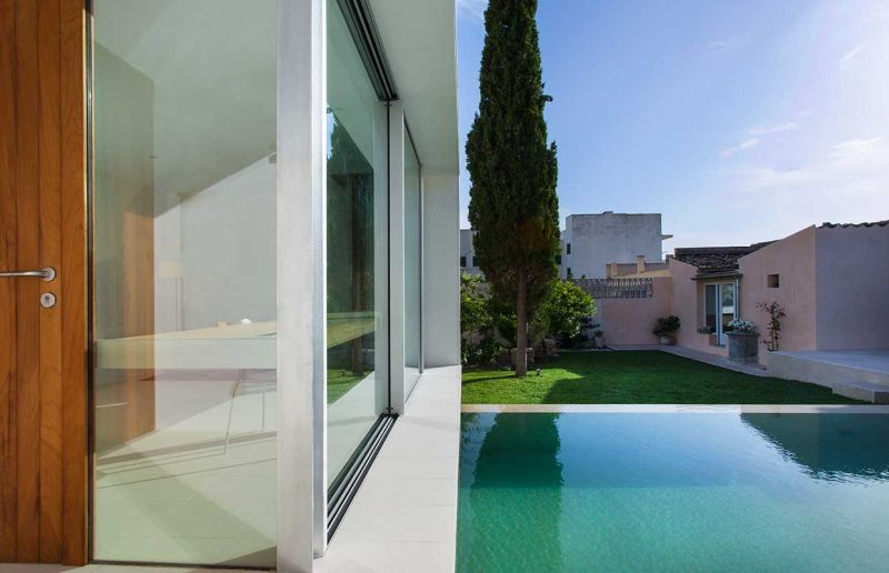 This home office in Spain overlooks a swimming pool_5