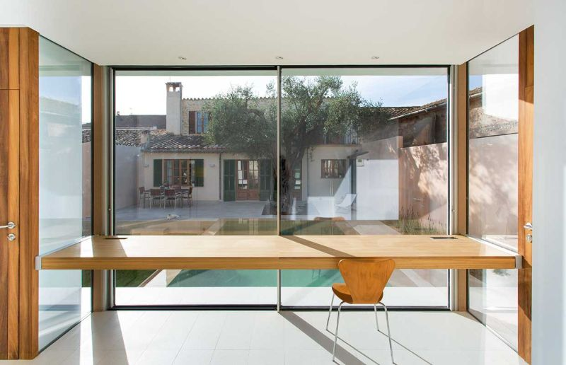 This home office in Spain overlooks a swimming pool_6