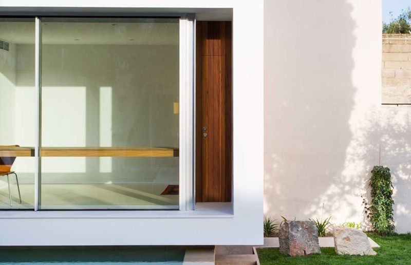 This home office in Spain overlooks a swimming pool_7