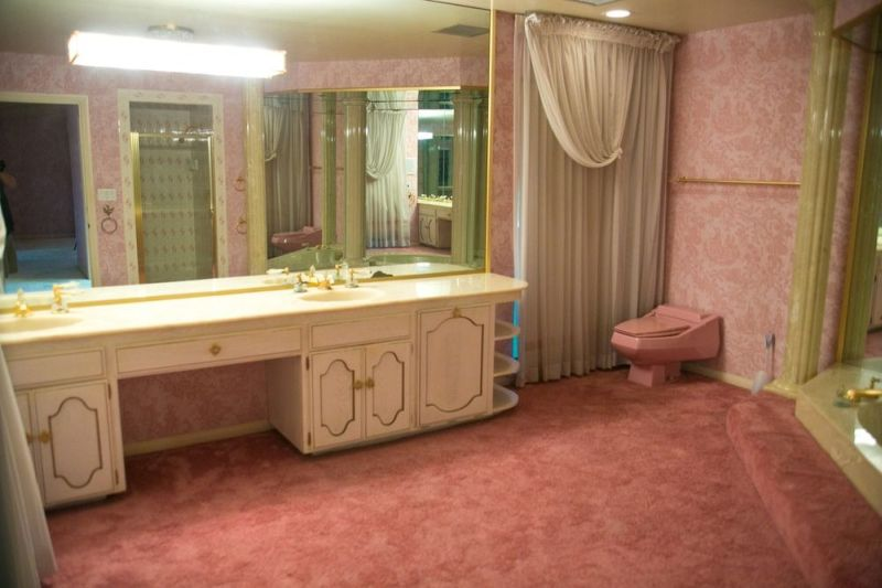 Toilet and bathroom also in pink color