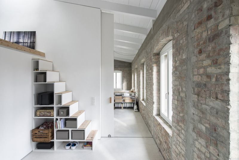 A modern home fused with historic architecture_18