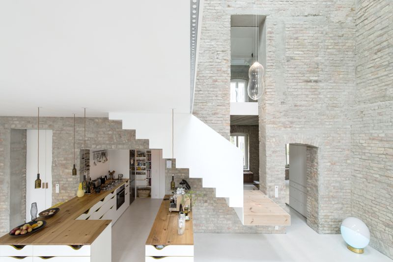 A modern home fused with historic architecture_20
