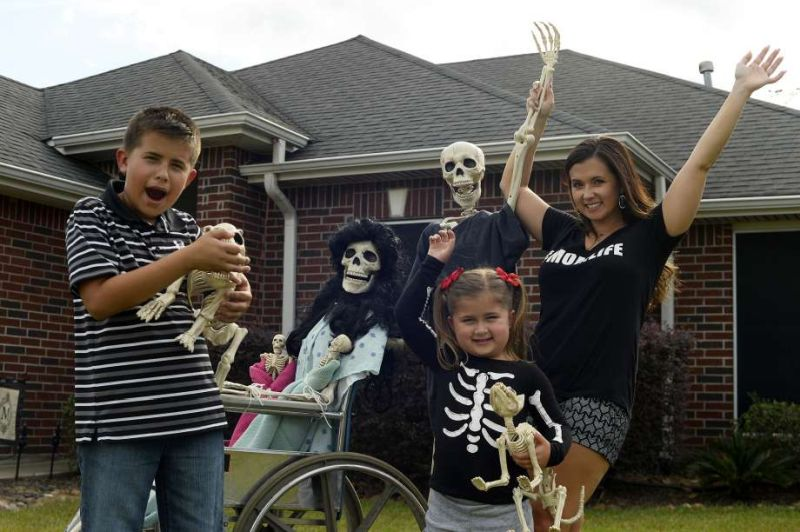 Mr. And Mrs. Bones, Keeping Up With The Bones, Halloween, Halloween Display, Halloween Humor, Skeleton Family, Skeleton Display, Lumberton Skeleton Family, Amy B. Moses, Lumterbon Halloween Display