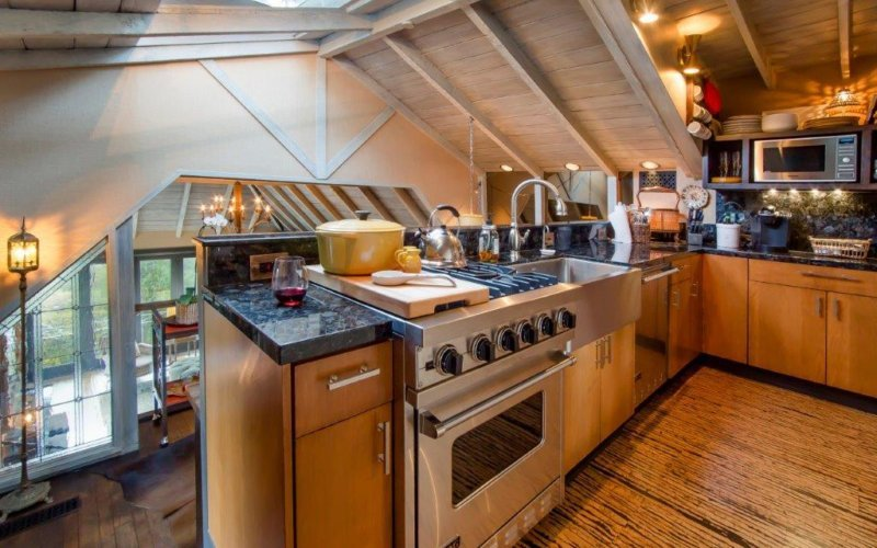 Kitchen equipped with Viking range