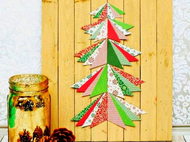 DIY Christmas tree from pallet wood and paper