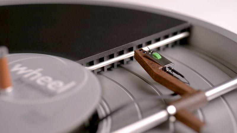 Miniot's Wheel turntable hides tonearm under the record