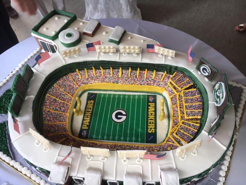 Packers fan couple celebrates wedding with huge Lambeau Field cake