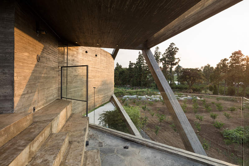 Moon Hoon's Simple House references Korea's vernacular architecture