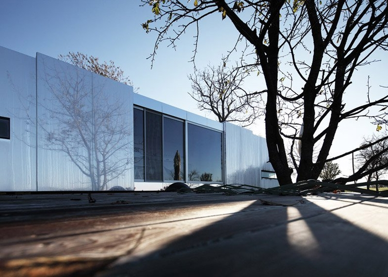 Transportable-mirrored-house_Delugan-Meissl-Associated_