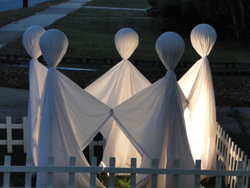 Decorate your backyard with bunch of white sheets