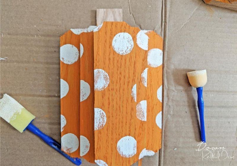 These DIY Wood Pumpkins are Cheerful Halloween Decorations