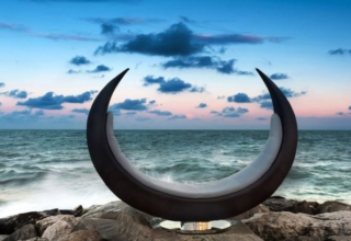 VGnewtrend Launches New Swiveling Sofa in Shape of Half-Moon
