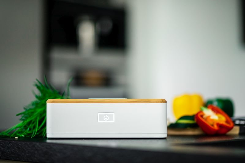 Heatbox: A Good-Looking Lunch Box that Heats Food with Steam